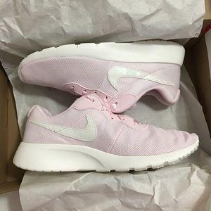 Nike Tanjun SE pink sneakers